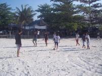 Main Bola di atas pasir putih pantai Tanhung Tinggi