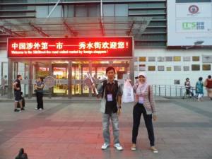 Abis Belanja, Foto dulu sama Uni Winda di depan Silk Market, Beijing.